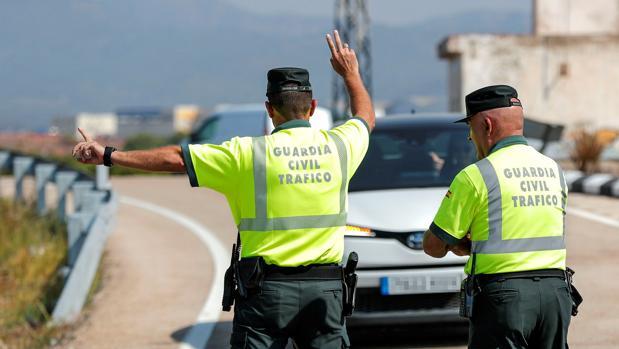 Dos agentes de Tráfico, en un control