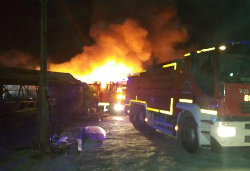Efectivos de Bomberos trabajando en la extinción del fuego