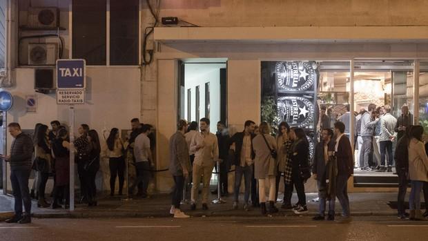 Decenas de personas esperan de noche para entrar en un local, situado en el número 7 de la calle de Ponzano - MAYA BALANYÁ