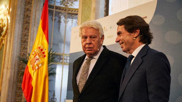 Aznar Y González El Mensaje Reconciliador De Dos Jarrones Chinos En Medio Del Campo De Batalla