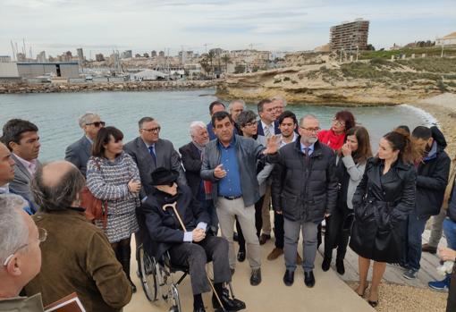 El grupo de autoridades junto al yacimiento situado en el litoral