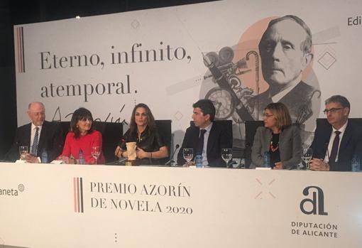 La ganadora con responsables de la Diputación, del juradoy de la Editorial Planeta