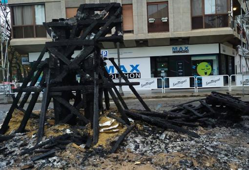 Imagen de los restos calcinados del monumento de la falla Reino de Valencia