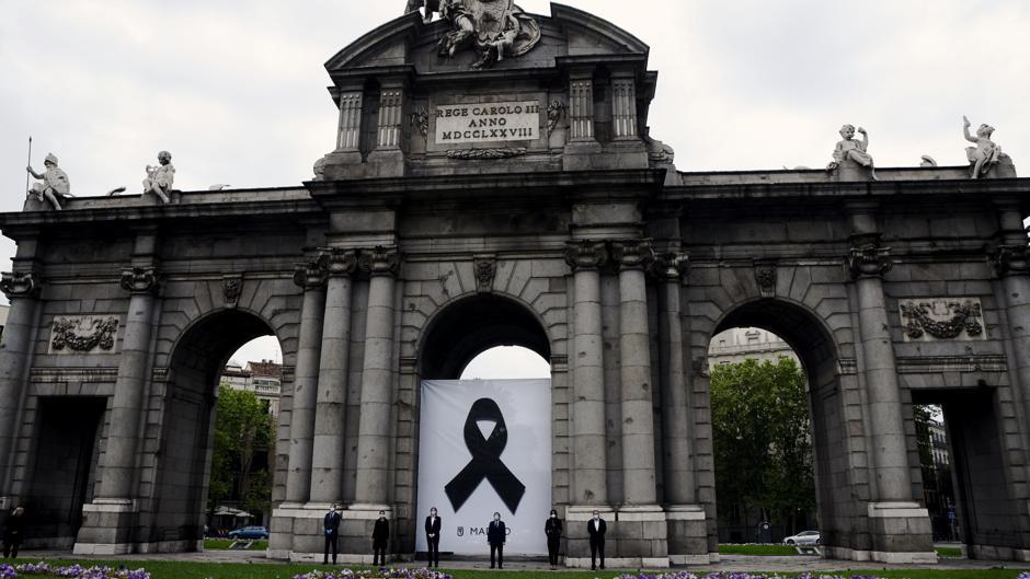 Madrid recuerda a los fallecidos por coronavirus con un crespón en ...