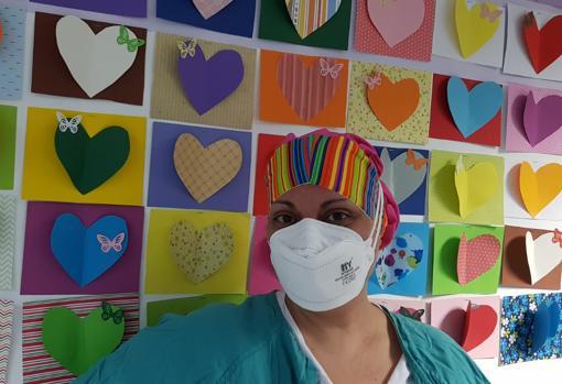 La enfermera, con el uniforme sanitario y mascarilla antes de empezar su turno