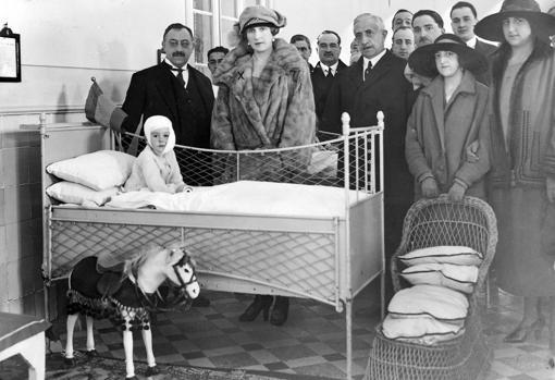 La reina Victoria, entregando juguetes en el Hospital del Niño Jesús, en una imagen de 1922