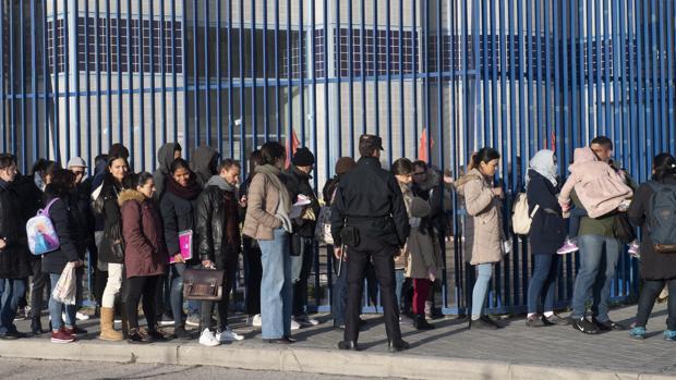 Cola de peticionarios de asilo en la avenida de los Poblados