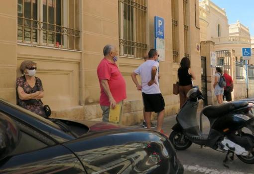 Usuarios esperando para acceder al centro El Pla-Hospital en Alicante