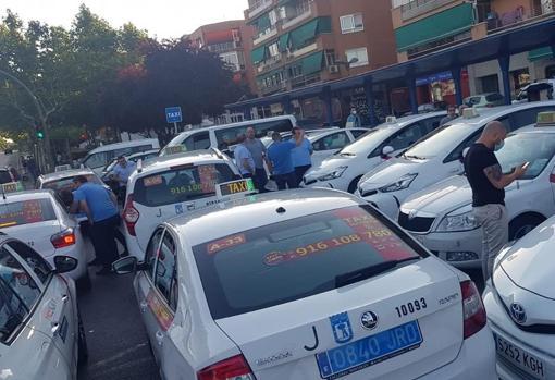 Taxistas hacinados en una parada del Área de Prestación Conjunta del Taxi de Madrid