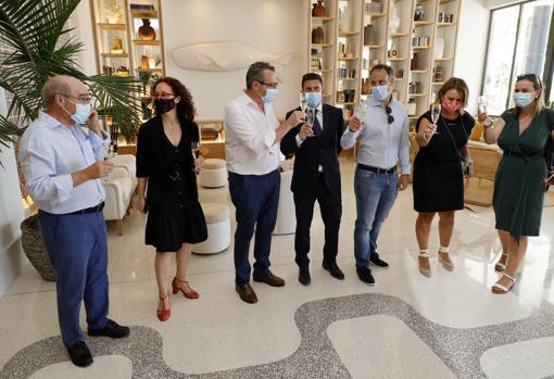 Imagen del alcalde de Benidorm, Toni Pérez, y el presidente de Hosbec, Toni Mayor, en la recepción del hotel