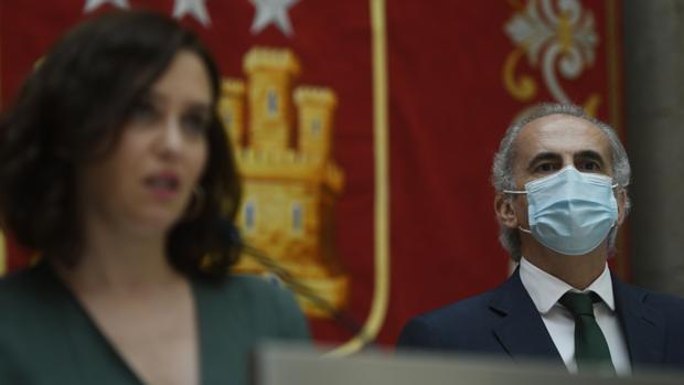 La presidenta regional Isabel Díaz Ayuso, junto al consejero de Sanidad, Enrique Ruiz Escudero
