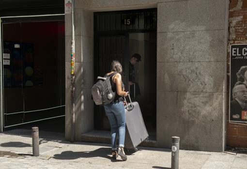 Dos turistas entran en el portal de Príncipe, 15, el verano pasado