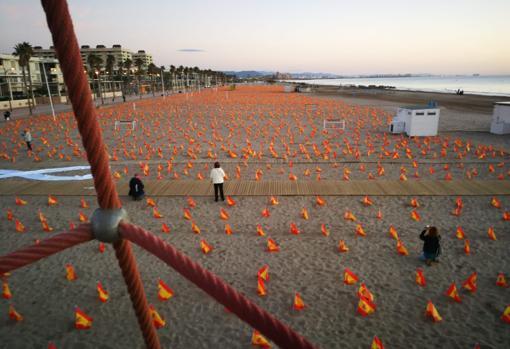 Imagen de las banderas desplegadas en la playa de la Patacona de Alboraya