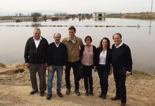 Pedro Sánchez and Javier Lambán, in March 2015, posing before the Ebro floods with other socialite leaders.  It was on the eve of the regional and municipal elections of that year