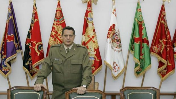 Un teniente general retirado tacha de «bochornosos y esperpénticos» los comentarios de militares en un chat