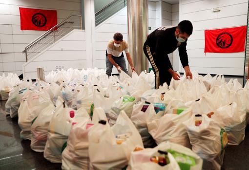 Imagen de las bolsas de alimentos preparadas antes del reparto