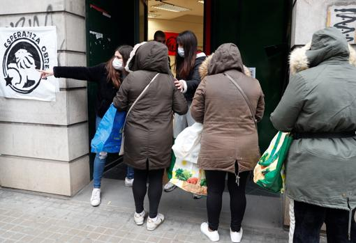 Imagen del reparto de alimentos de este lunes en Valencia