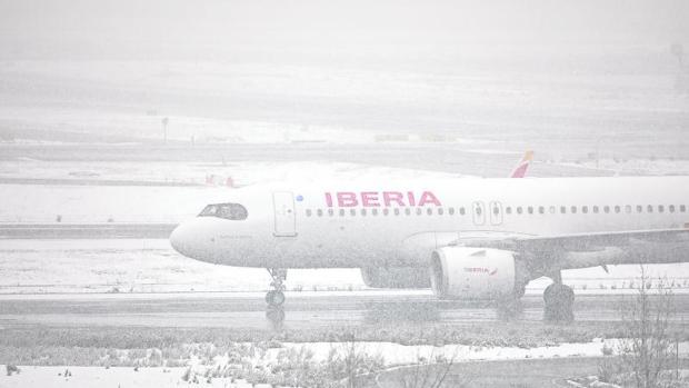 Barajas suspende sus operaciones y Renfe cierra la circulación de Cercanías  por el temporal