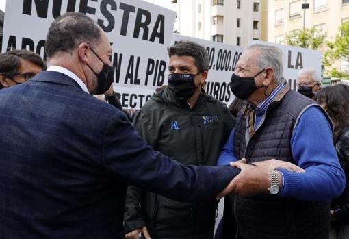 Carlos Mazón, con Eladio Aniorte entre los manifestantes en defensa del mantenimiento de las transferencias hídricas al sureste español