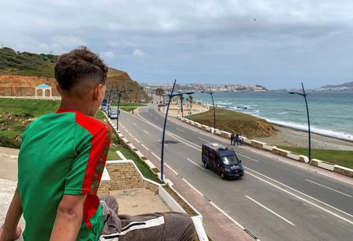 Un menor mira la frontera de Ceuta desde Castillejos