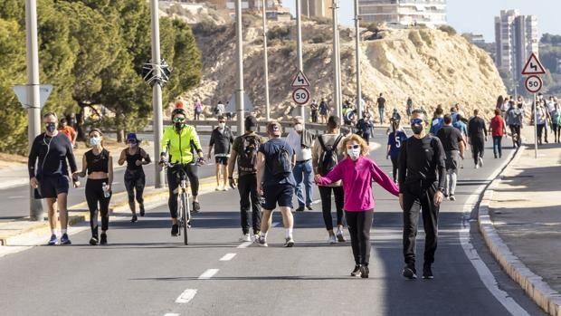 Imagen de archivo de ciudadanos paseando en Alicante