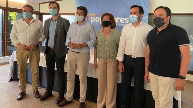 Carlos Mazón (centro), junto a las nuevas incorporaciones a la estructura provincial del PP en Alicante