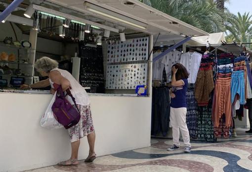 Puesto de artesanía en la Explanada de Alicante, junto a otro de ropa, otro sector con el que se le asocia fiscalmente