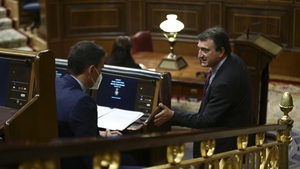 El presidente del Gobierno, Pedro Sánchez, conversa con el portavoz del PNV en el Congreso de los Diputados, Aitor Esteban