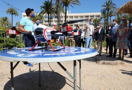 Presentación de los drones utilizados para prevenir ahogamientos en las playas de diez destinos turísticos alicantinos