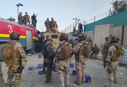 Militares del Escuadrón de Apoyo al Despliegue Aéreo a las puertas del aeropuerto