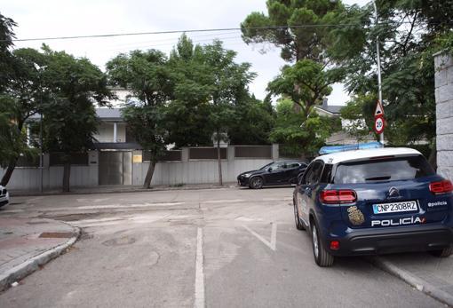 La Embajada de Afganistán, en el madrileño barrio de Mirasierra, con presencia policial las 24 horas del día //