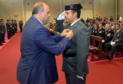 Martínez Guijarro imposes one of the decorations on a civil guard in Ciuenca