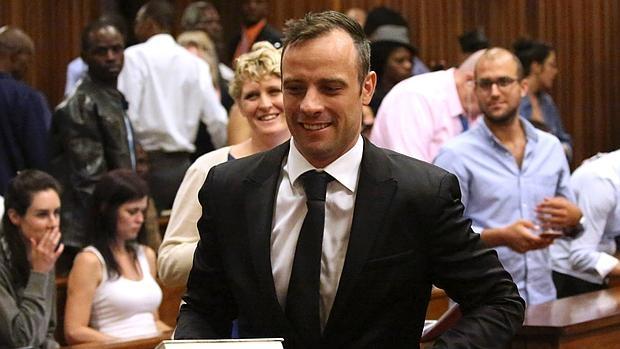 Oscar Pistorius sonríe al abandonar el Tribunal Superior de Pretoria