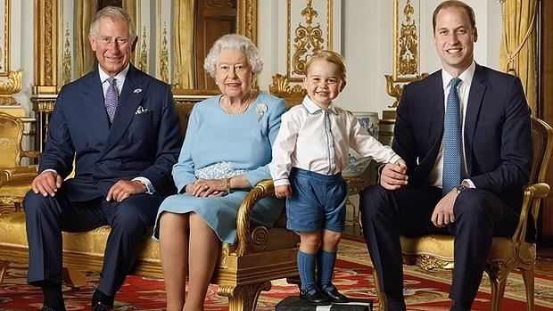 De izquierda a derecha, cuatro generaciones de la familia Windsor, Carlos de Inglaterra, la reina Isabel II, George de Cambridge y el Duque de Cambridge