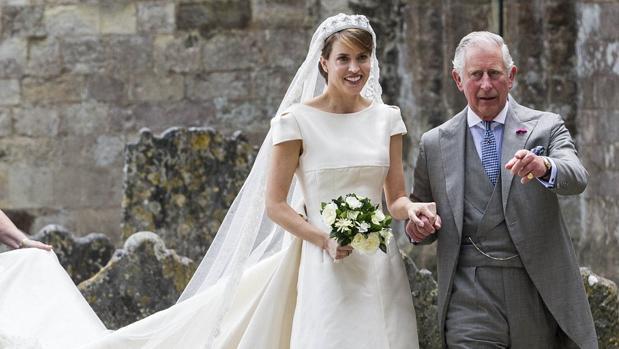 Carlos de Inglaterra ofició de padrino y llevó a la novia, Alexandra Knatchbull, al altar