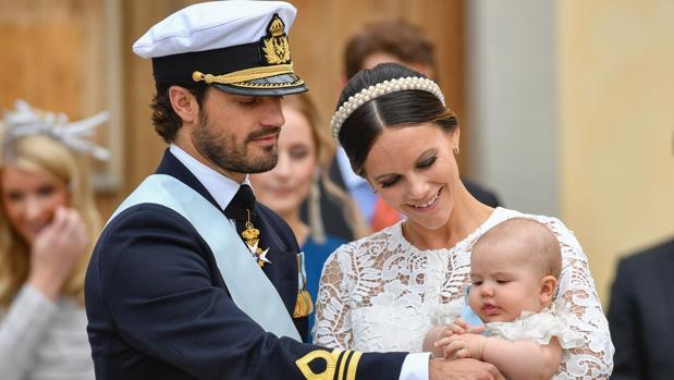 Los Príncipes Carlos Felipe y Sofía con el Príncipe Alexander de Suecia en la iglesia
