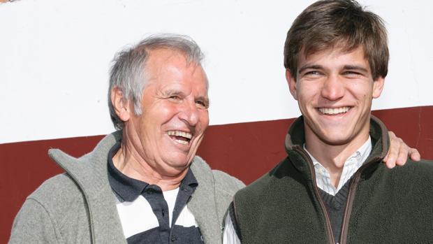 Foto tomada de archivo. Manuel Benítez junto a su hijo Julio, en su primer debut frente a los toros (2005