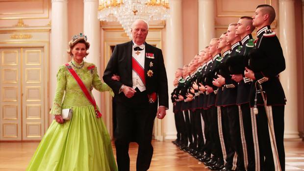 Los Reyes Harald y Sonia de Noruega, ayer a su llegada al Palacio Real de Oslo