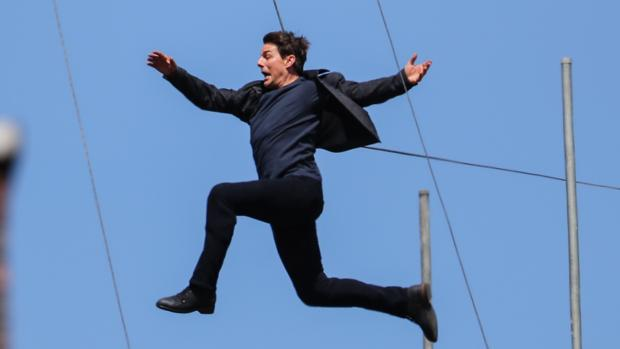 Tom Cruise dando el salto que le provocó la fractura de tobillo