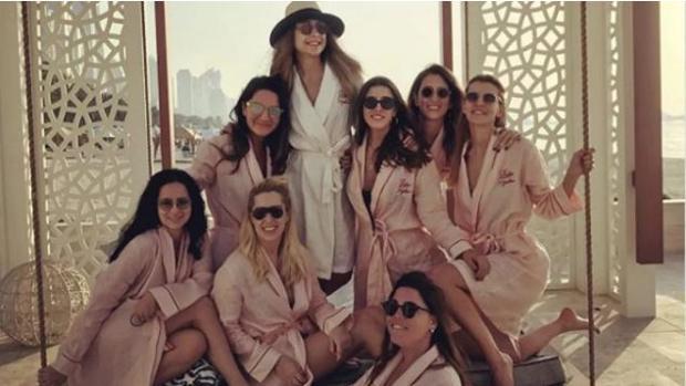 Mina Basaran junto a sus siete amigas celebrando su despedida de soltera