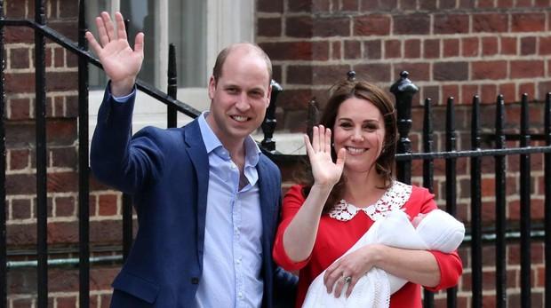 Los Duques de Sussex al salir del hospital con el Príncipe Luis en brazos