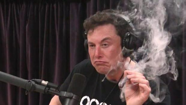 Elon Musk, esta semana, durante una entrevista fumando marihuana