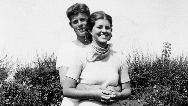 Los hermanos John F. Kennedy y Rosemary durante su juventud