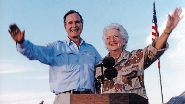 El presidente de EE.UU. George H. W. Bush y su esposa en enero de 1990, en Arabia Saudí