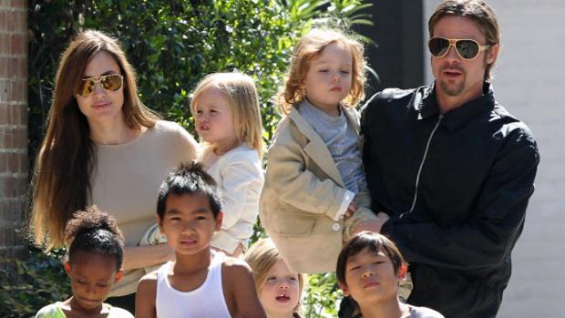 Brad Pitt y Angelina Jolie, cuando estaban juntos, junto a sus seis hijos