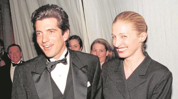 John F. Kennedy Jr. y su mujer Carolyn Bessette en una gala en marzo de 1997