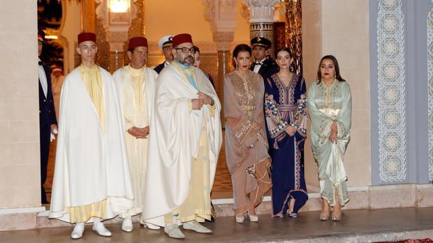 El Rey de Marruecos, flanqueado por su hijo Hassan y su hermano Moulay Rachid, y la mujer de este Keltoum Boufare, junto a las otras dos hermanas del Rey, Lalla Meryem y Lalla Hasnawait, en Rabat