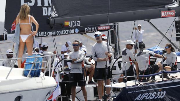 El Rey y otro tripulante del «Aifos 500» saludan a una amiga que contemplaba las regatas desde otro barco