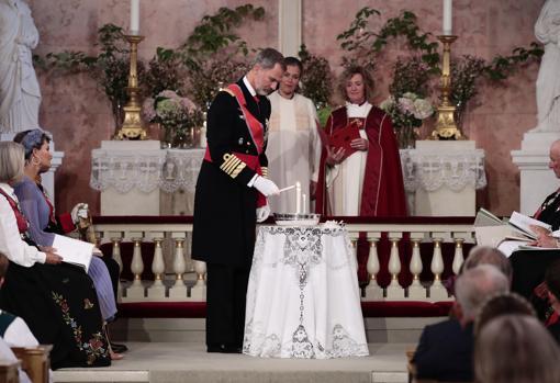 Don Felipe (arriba) y la Princesa Victoria de Suecia, padrinos de Ingrid