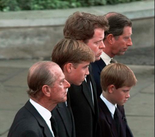 El duque de Edimburgo, el Príncipe Carlos y sus hijos,Guillermo y Harry, durante el funeral de Lady Di
